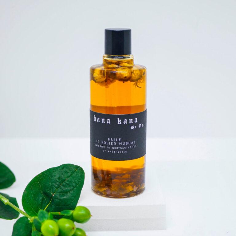 Cette huile visage bio contient du chysanthème est un superbe allié des peaux à problèmes. Il possède des vertus cicatrisante en permettant de lutter contre les affections cutanées (acnée, eczema, microkystes…). cette huile pour le visage est aussi composé de rosier muscat 100 % végétale est une huile biologique