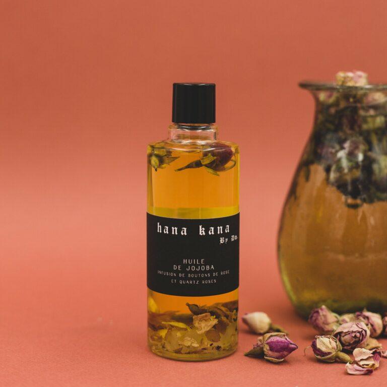 L'huile visage bio de jojoba est réputée pour calmer les inflammations, réguler le sébum et réparer les peaux agressées. Les boutons de rose infusés dans l'huile bio de jojoba hydratent en profondeur et protègent la peau de la pollution, alors que la pierre naturelle de Quartz rose détoxifie la peau