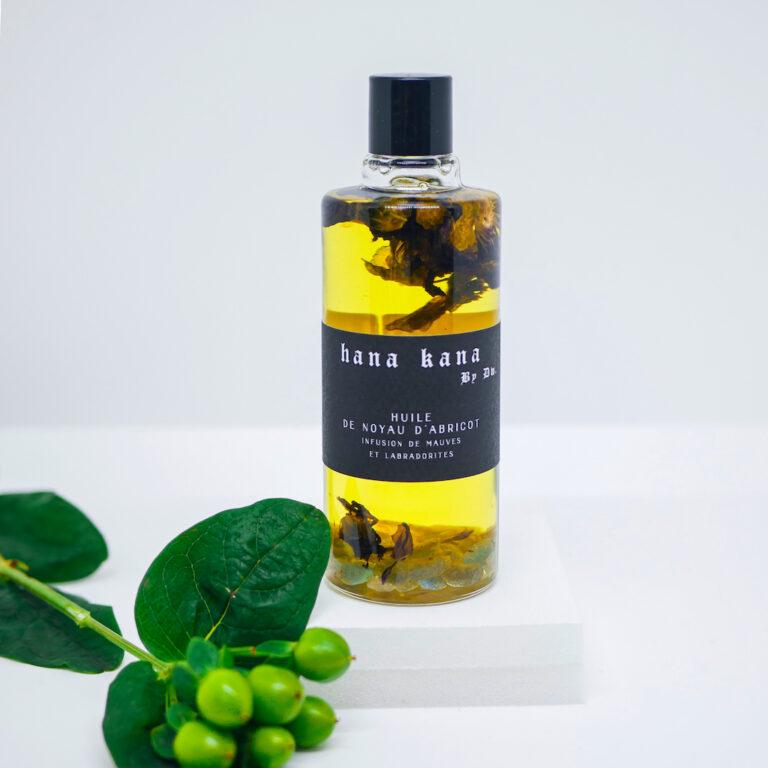 Huile visage anti-âge 100% végétale et bio. Cette huile pour le visage est composée de noyau d'abricot infusée à la mauve d'une production biologique du Sud de la France.
