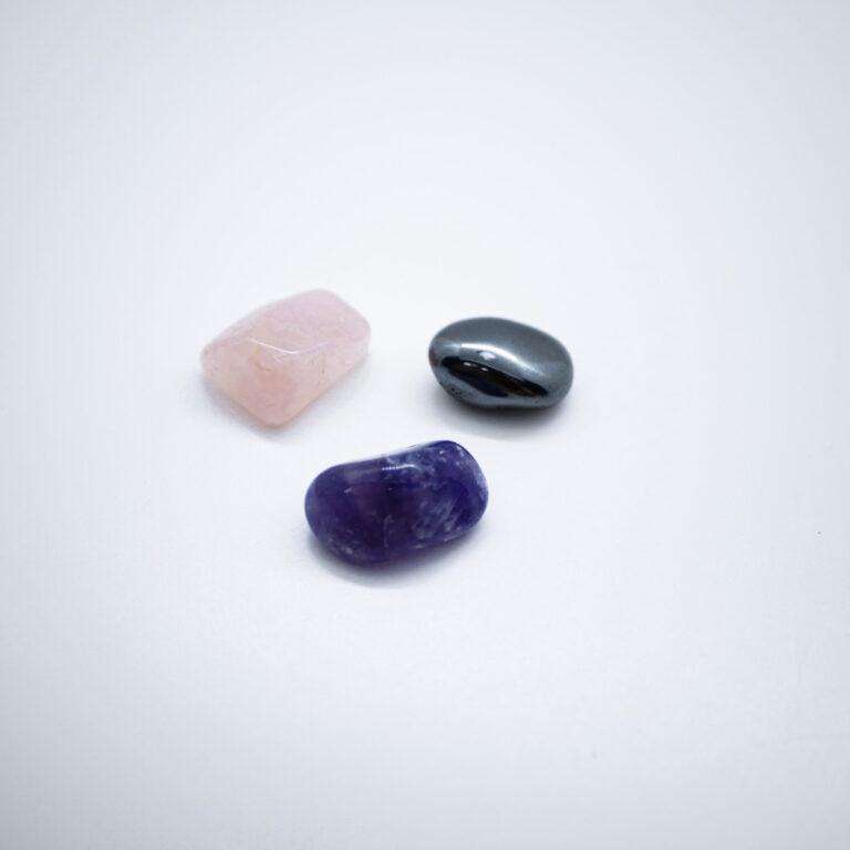 Pierres naturelles de lithothérapie. Ce kit est construit autour de 3 pierres naturelles : améthyste du Malawi, quartz rose d'Afrique du Sud et hématite du Brésil. Ces pierres apporteront du calme, favoriseront un bon sommeil, réparateur, sans tensions, en évacuant le stress