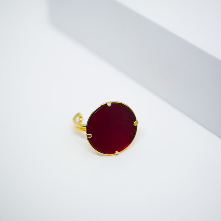 Bijou fabriquée en France, dans les ateliers parisiens Baroca. Bague en Acier doré et une Pierre naturelle de Cornaline. Une pierre qui agit avec le chakra sacré.