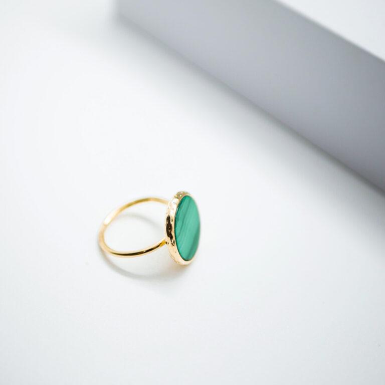 Bague artisanale plaqué or 24 carats, créé en Frances. Un splendide bijou, d'un vert flamboyant avec la pierre naturelle de Malachite connue pour agir en synergie avec le chakra du coeur.