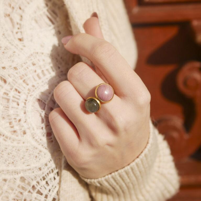 Bague en Pierre naturelle de Labradorite. Bijou en acier doré, fabriquée en France, dans les ateliers parisiens Baroca.