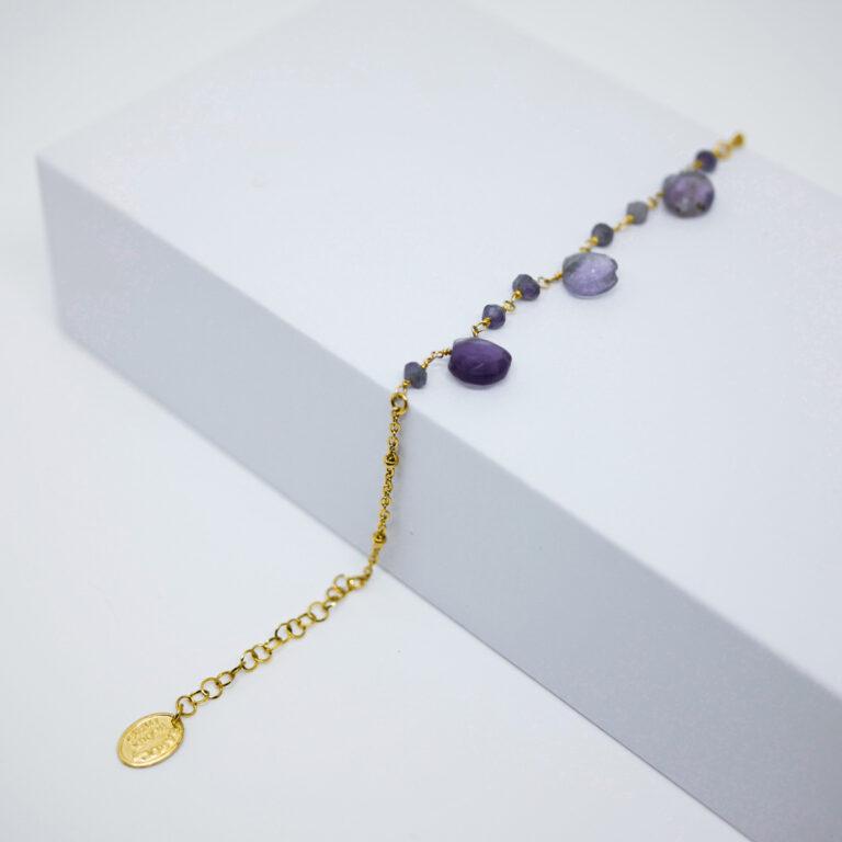 Splendide bracelet exclusif en Pierres naturelles de Iolite. ce bijou est en Acier et argent plaqué or. Sa chaine ajustable grace à sa chaînette de réglage. La pierre de Iolite agit en synérgie avec le chakra du 3e œil et le chakra couronne