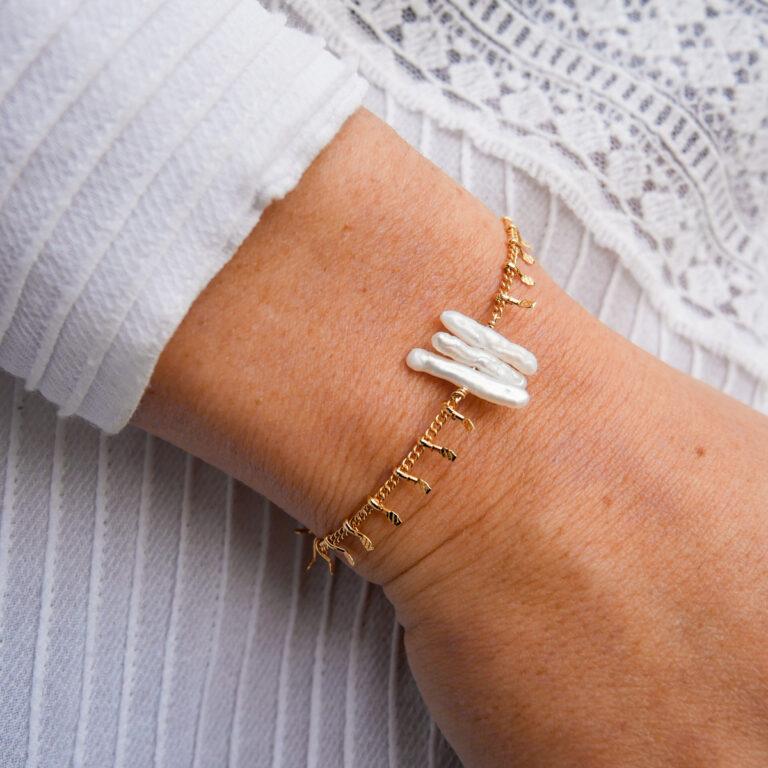 Bracelet en plaqué or 24 carats, construit sur la base d'une nacre naturelle. Un bijou élégant et livré dans un pochon Anavrin Lifestyle