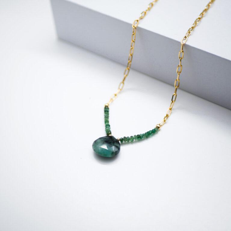 Chaine en argent doré et pierre naturelle d'Emeraude facettée. La dorure est réalisée en France. Un bijou qui favorise également l'harmonie et la joie intérieure.