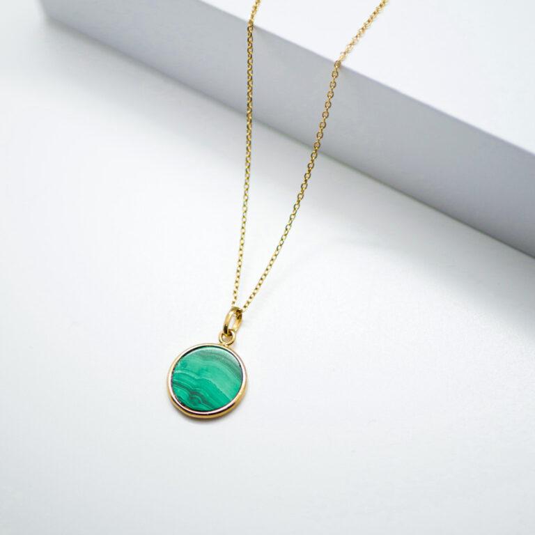Collier de fabrication artisanale. Ce bijou, Made in France, est plaqué or 24 carats et composé avec une pierre naturelle de malachite réputée pour agir en synergie avec le chakra du cœur. cette pierre dégage une énergie positive pour i l'ouverture, l'apaisement et l'harmonie en redonnant confiance.