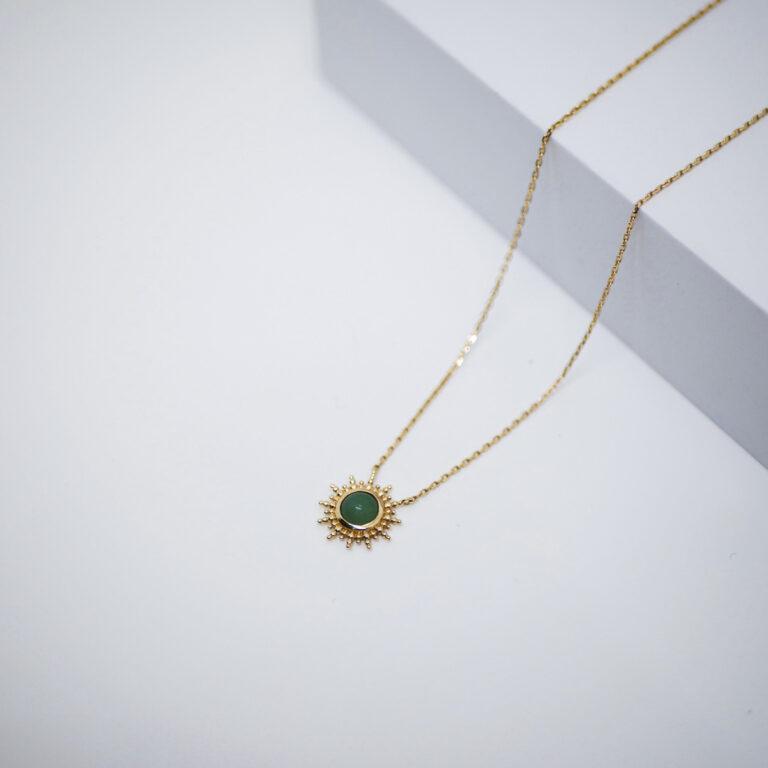 Collier artisanal plaqué or 24 carats made in France. La pierre naturelle d'aventurine verte favorise le bien-être intérieur en apaisant la nervosité et les irritabilité.
