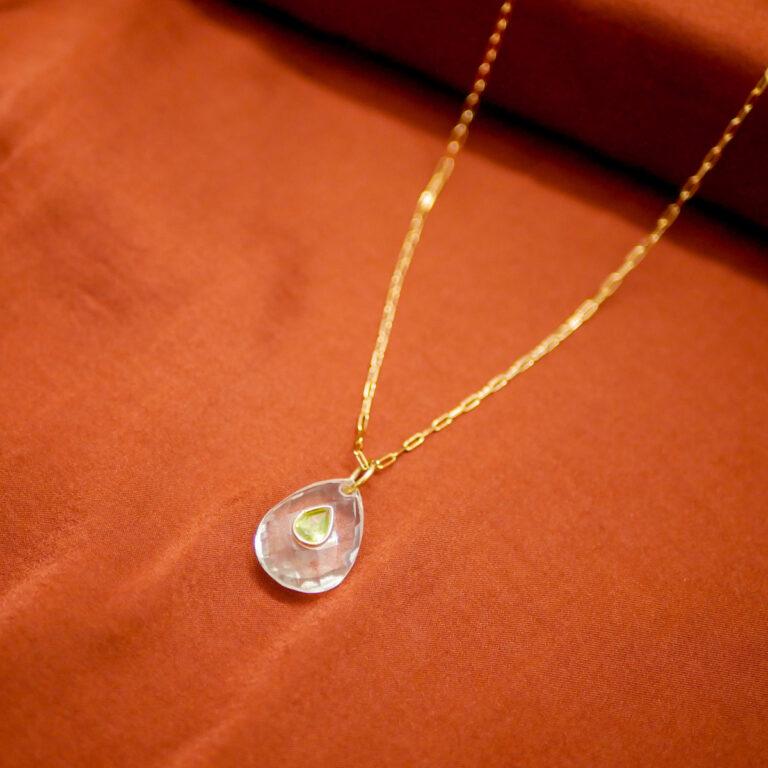 Collier en plaqué or, en pierre naturelle de Quartz, pierre naturelle de Peridot. Le Quartz est LA pierre de la lithothérapie, LA pierre de guérison par excellence. Ce bijou est une pièce unique faite main à Paris