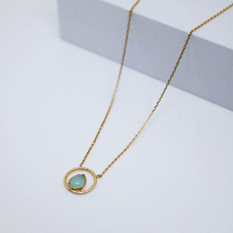 Collier plaqué or 24 carats avec une pierre naturelle d'Amazonite. Un bijou créé en France dans un atelier artisanal.