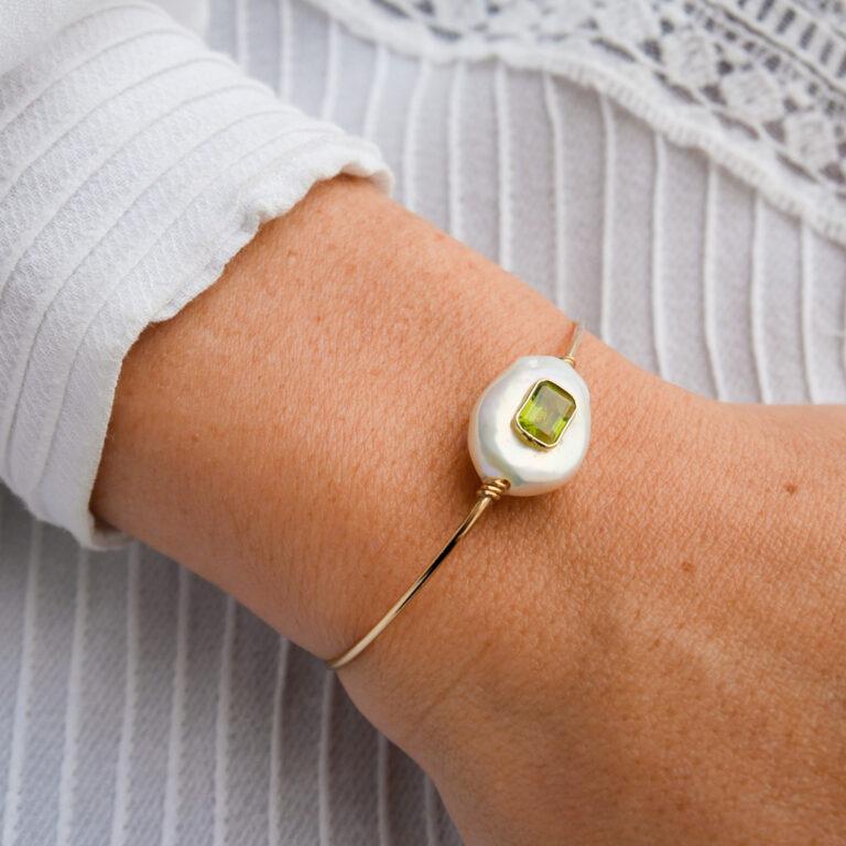Jonc Galatée, un bracelet qui concrétise le travail d'orfèvre signé Paola Marassi. Ce bracelet est constitué d'une perle baroque et de la Pierre de Peridot. Cette pierre naturelle, appelée aussi «Olivine» pour son vert foncé et «Chrysolite» quand le vert est plus clair, est très réputée pour agir en synergie avec le chakra du coeur.