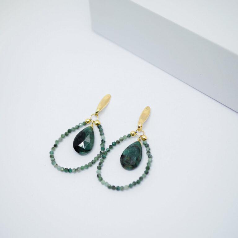 Boucles d'oreilles avec des pierres naturelles d'Émeraude. Un bijou réalisé en argent 925 doré