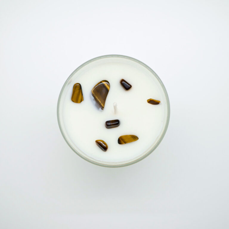 Bougie parfumée artisanale incrustée d'Oeil de Tigre qui équilibre le chakra du plexus solaire. Cette bougie parfumée artisanale de fabrication française. Incrustée de cristaux de pierres naturelles de Cornaline. Cette bougie parfumée contient une cire naturelle 100% végétale.