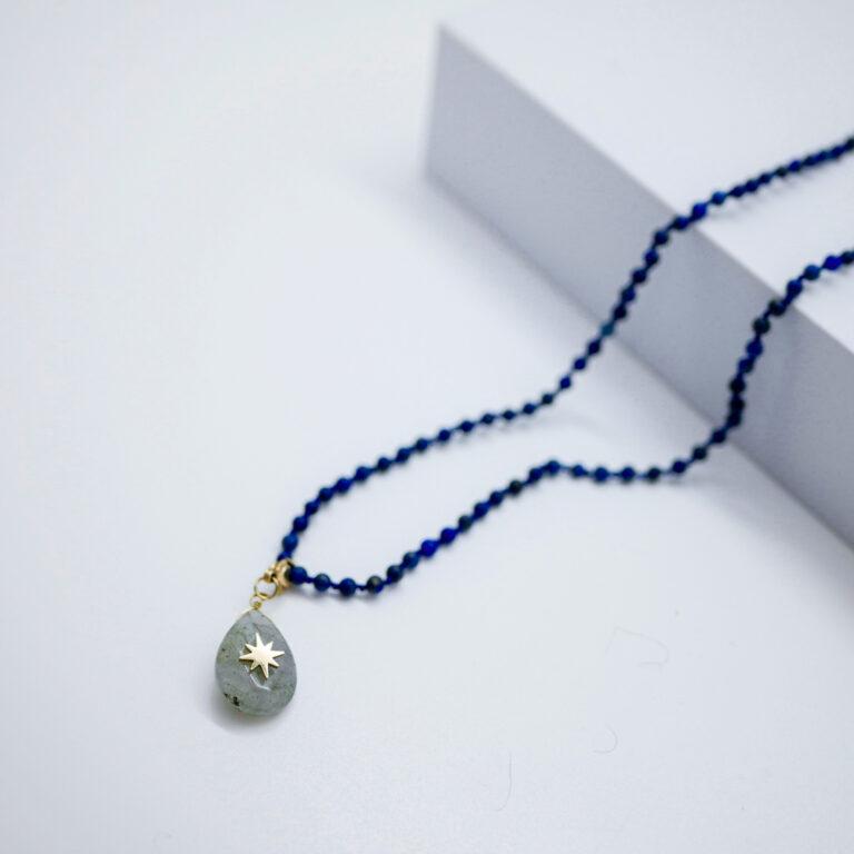 Collier Made in France. Un bijoux réalisé à Paris, dans les ateliers Baroca. Il combine la pierre naturelle de Sodalite et de Labradorite. Un collier exclusif